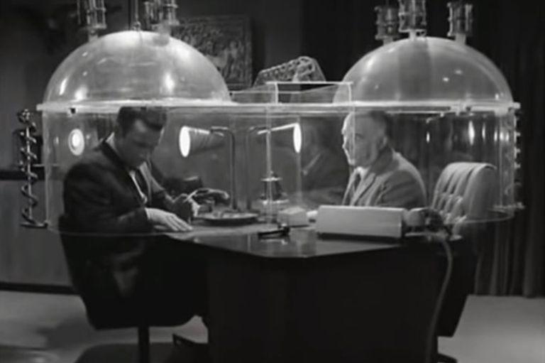Maxwell Smart habla con su jefe en el cono del silencio, un producto que fallaba siempre