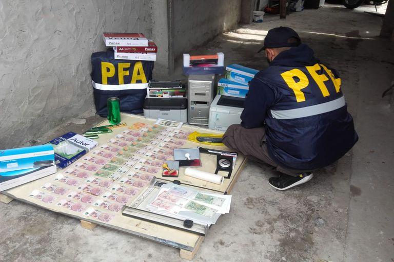 Desbaratan una banda que falsificaba pesos y dólares de alta calidad