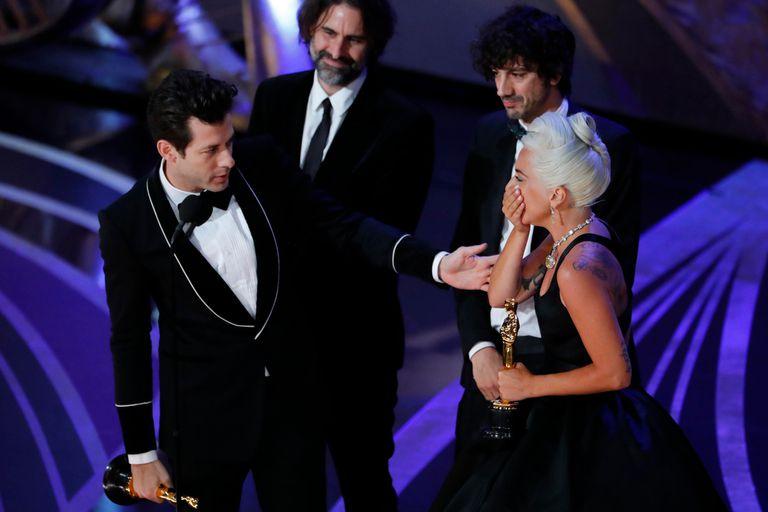 Lady Gaga, Mark Ronson, Anthony Rossomando y Andrew Wyatt aceptan el Oscar por mejor canciòn