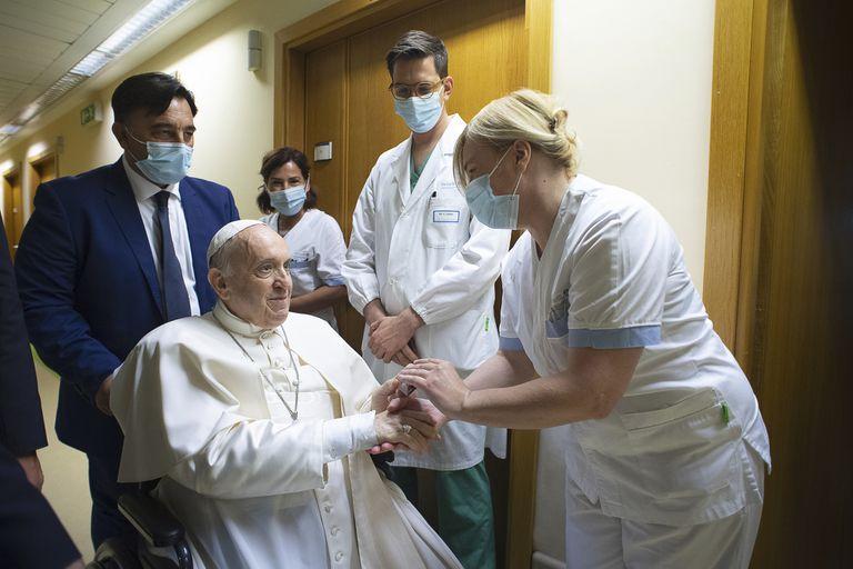 El papa Francisco saluda a personal del hospital, sentado en una silla de ruedas dentro de la Policlínica Agostino Gemelli