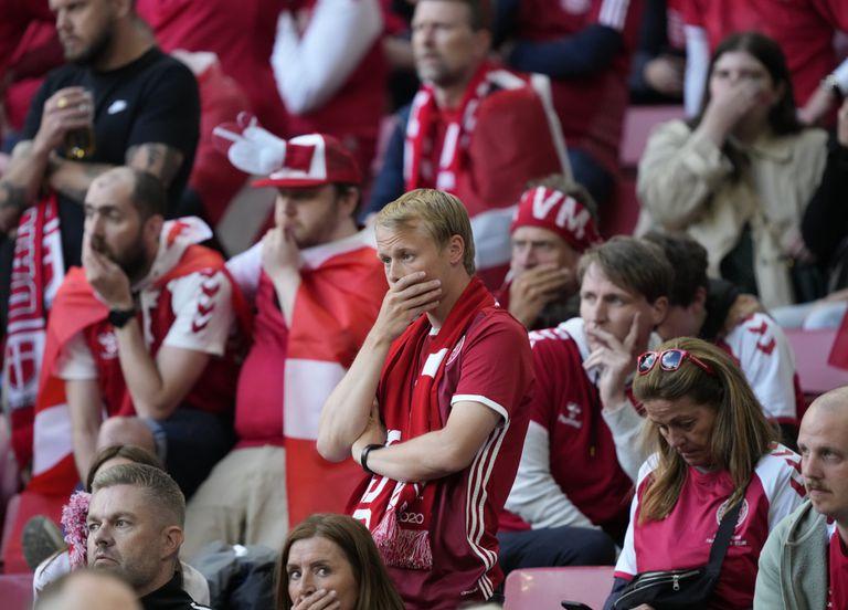 Los fanáticos de Dinamarca reaccionan cuando Christian Eriksen recibe atención médica después de colapsar durante el partido del grupo B del campeonato de fútbol de la Eurocopa
