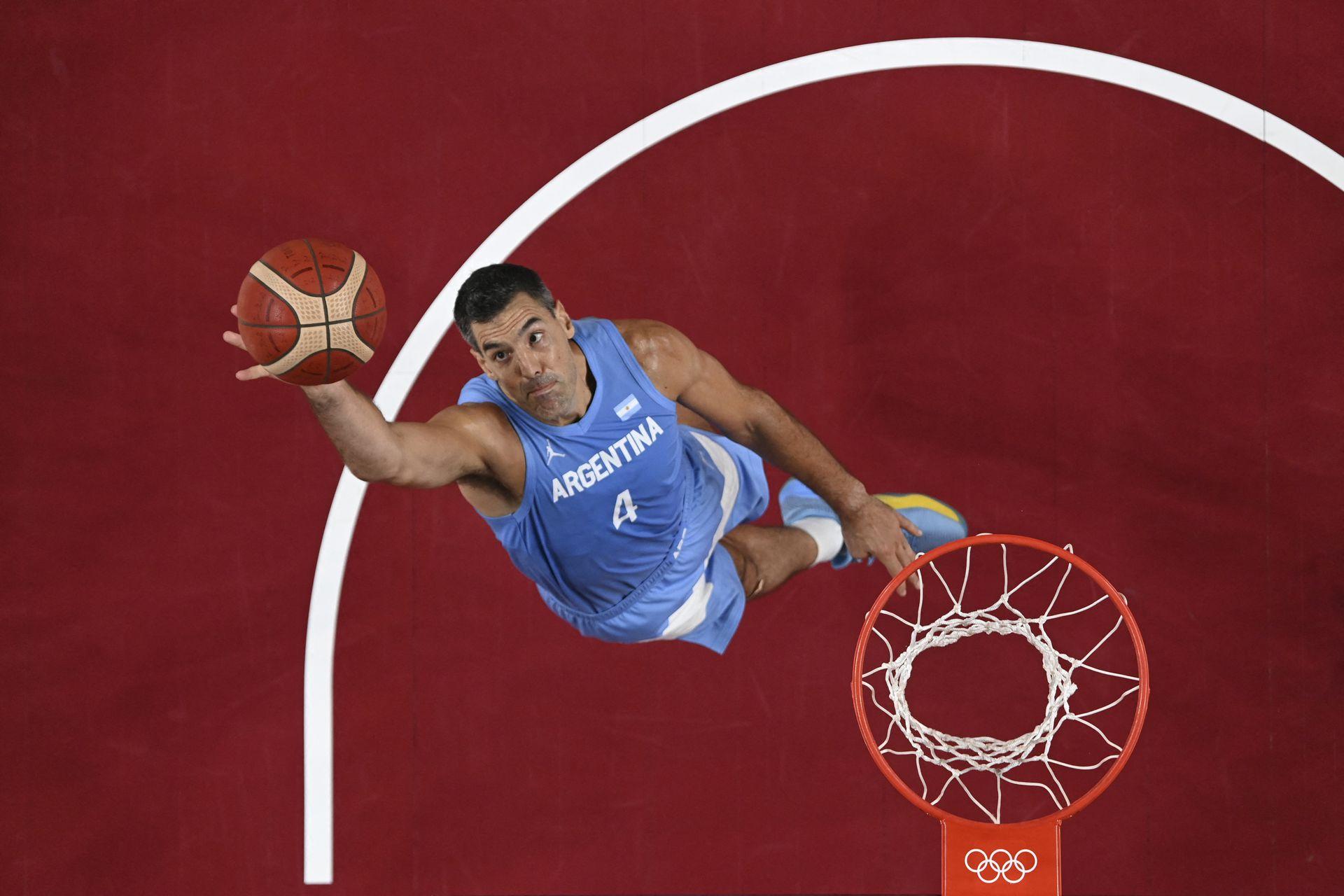 Luis Scola salta para recuperarse en el partido de cuartos de final de baloncesto masculino entre Australia y Argentina durante los Juegos Olímpicos de Tokio 2020 en el Saitama Super Arena en Saitama el 3 de agosto de 2021