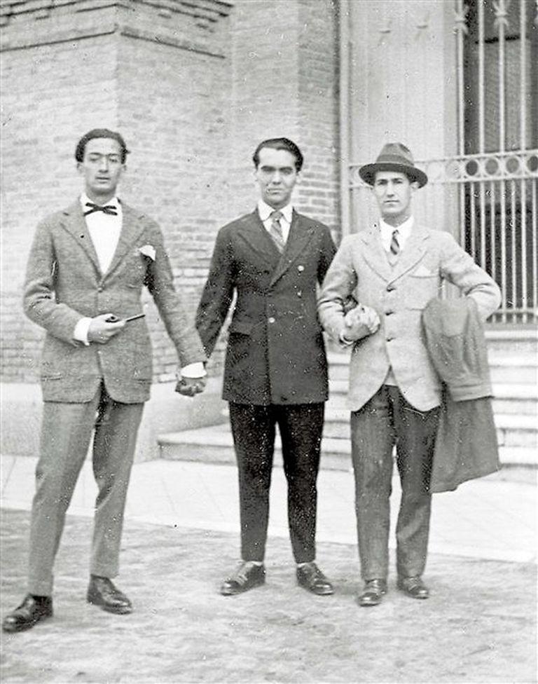 """Dalí y Lorca, fotografiados por Buñuel junto a José """"Pepin"""" Bello Lasierra, a mediados de la década de 1920"""