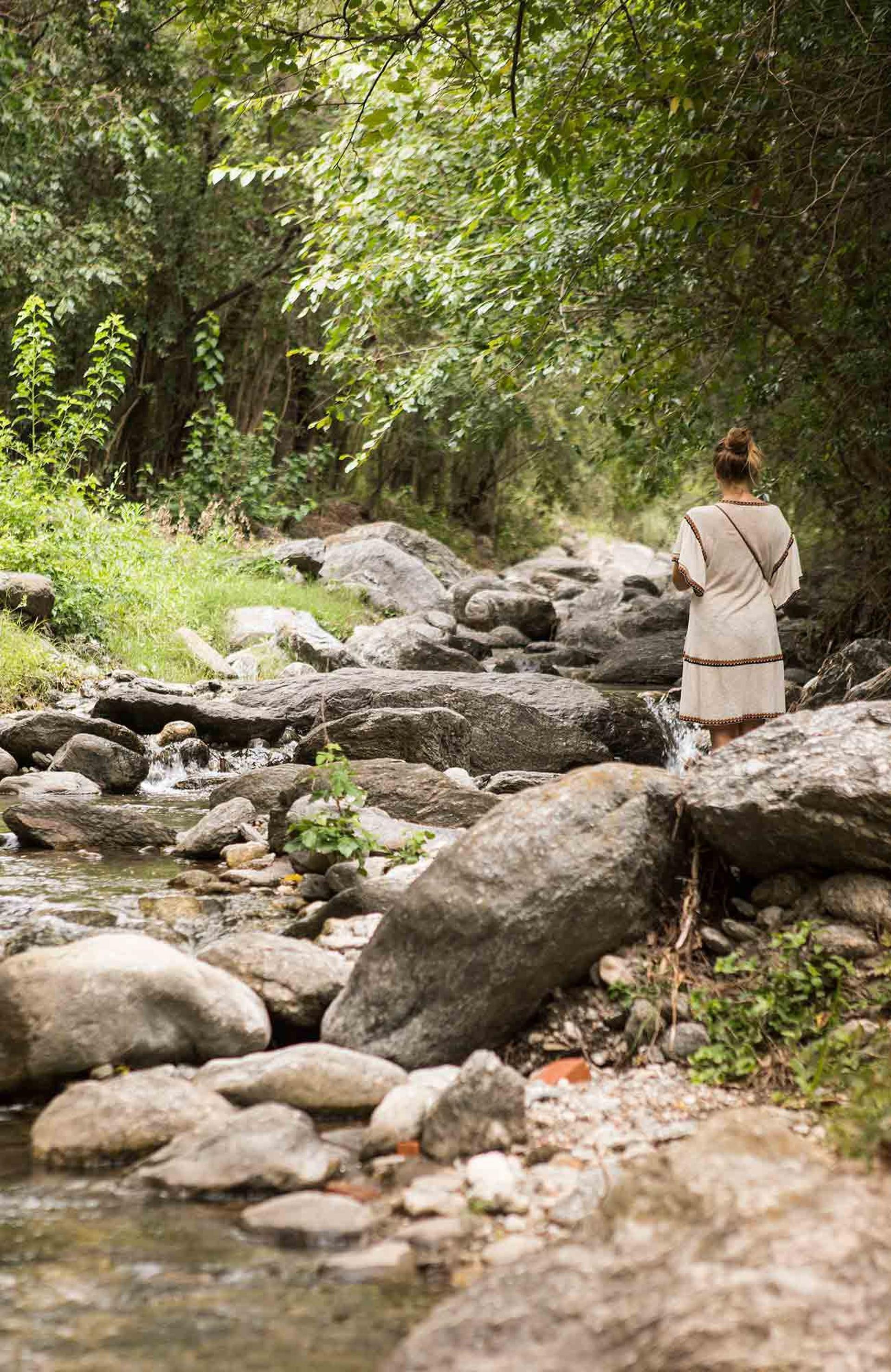 Las aguas del arroyo de San Javier bajan del cerro Champaquí y dividen este pueblo del vecino Yacanto.