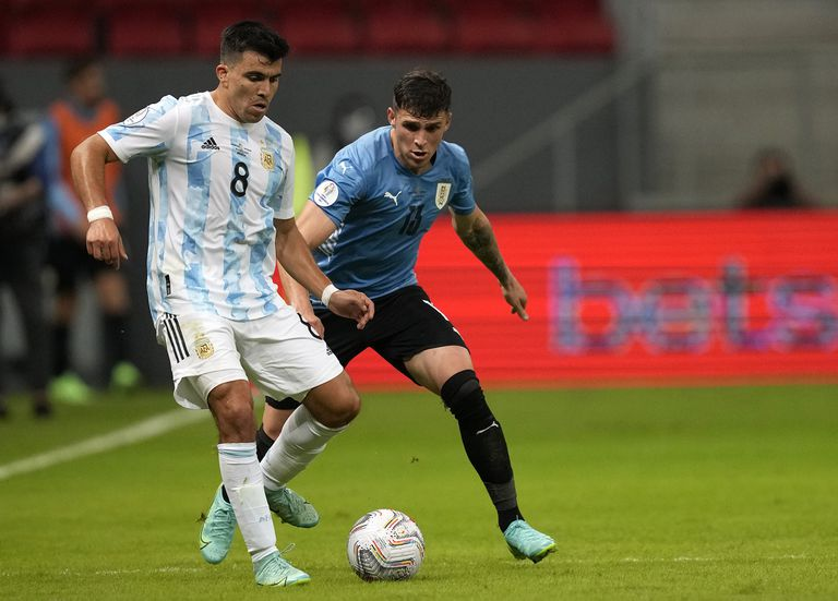 Marcos Acuña ante Giovanni González; el ex polifuncional de Racing suele rendir en el seleccionado argentino, en este caso, en lugar de Nicolás Tagliafico.