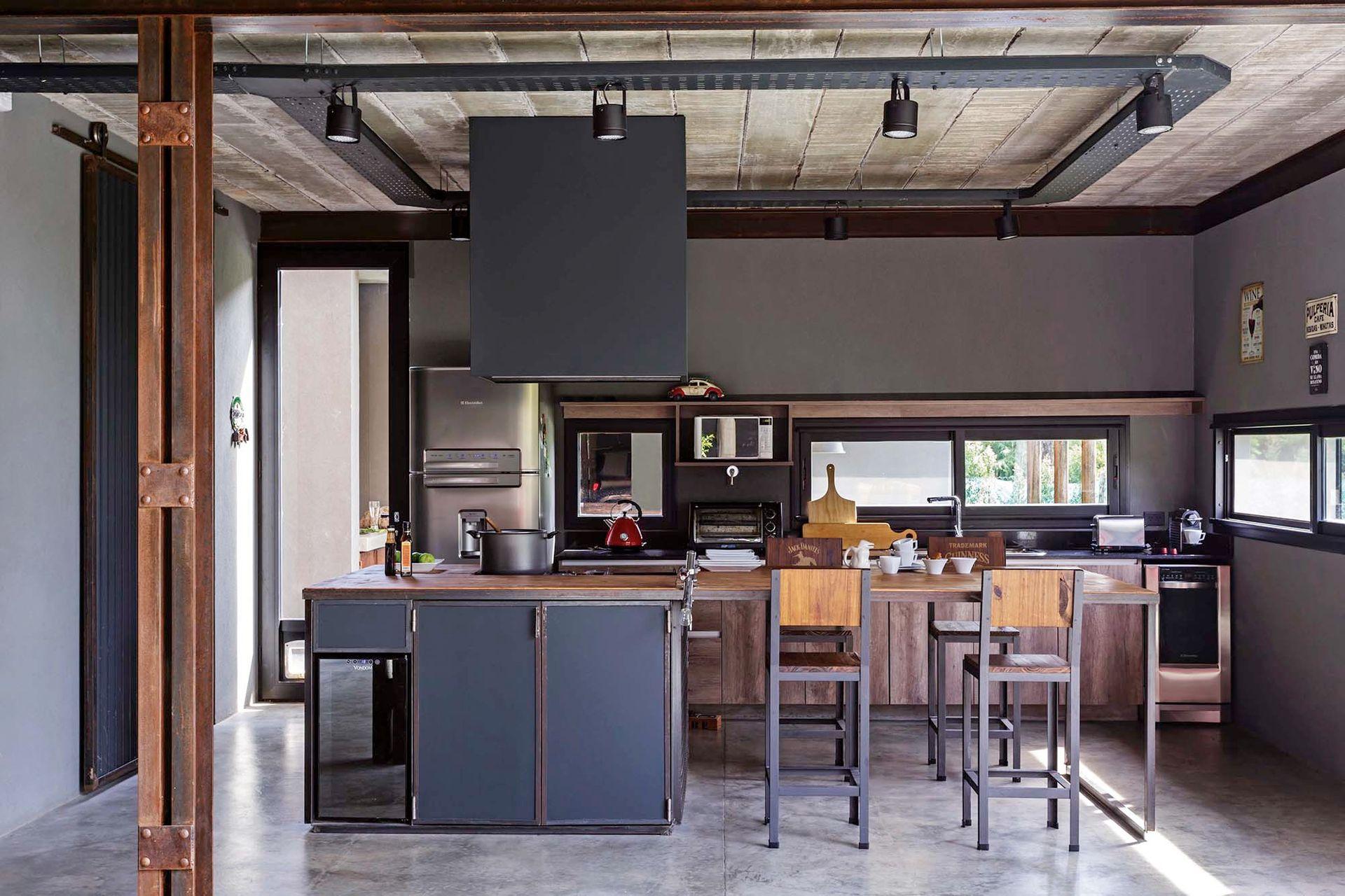 Las ventanas de la cocina se hicieron finas para subrayar la contundencia del cubo desde el exterior. La entrada de luz se compensa con las grandes aberturas de acceso.