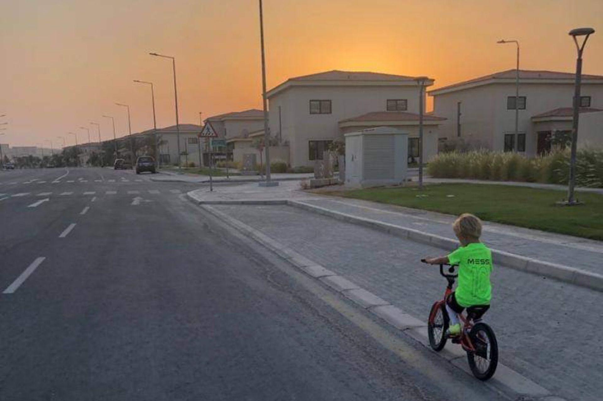 Nacho, de paseo por el barrio en Arabia Saudita.