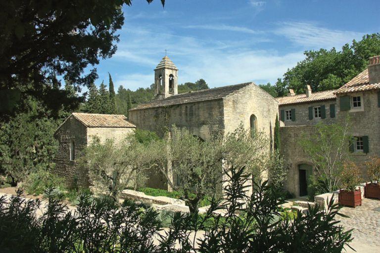 """La capilla romántica del siglo XII –con torre y campanario– fue el lugar donde Charlotte y Dimitri dieron el """"sí, quiero"""". Está enclavada en lo que fue una abadía y hoy se disfruta como una casa de campo."""