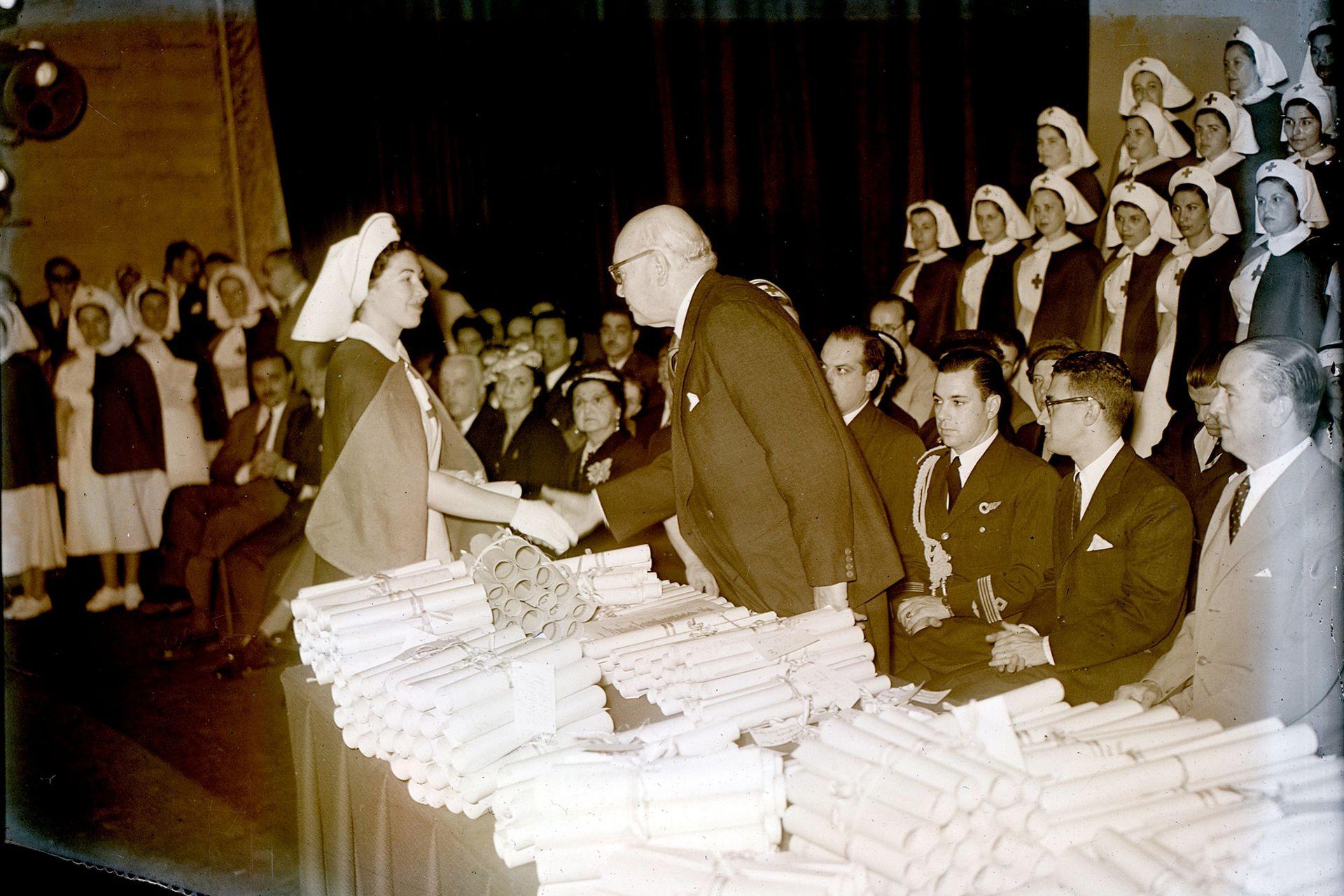 Por la gravedad por el brote de la polio se realizaron cursos acelerados para capacitar a médicos y enfermeros; el acto de la Cruz Roja se vivió con mucha emoción en un año muy difícil para el país