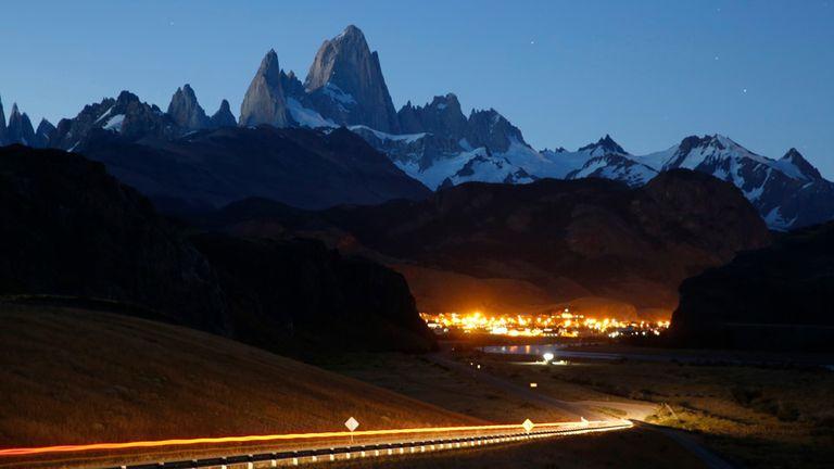 Fundado en 1985 y ubicado en un valle en medio del Parque Nacional, El Chaltén es un imán para turistas y escaladores