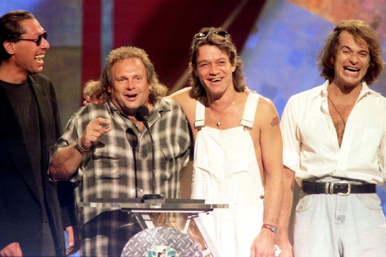 Los miembros de la banda Van Halen Alex Van Halen, Michael Anthony, Eddie Van Halen se reúnen con el ex vocalista David Lee Roth (R) en el escenario de los MTV Video Music Awards 1996 en Nueva York