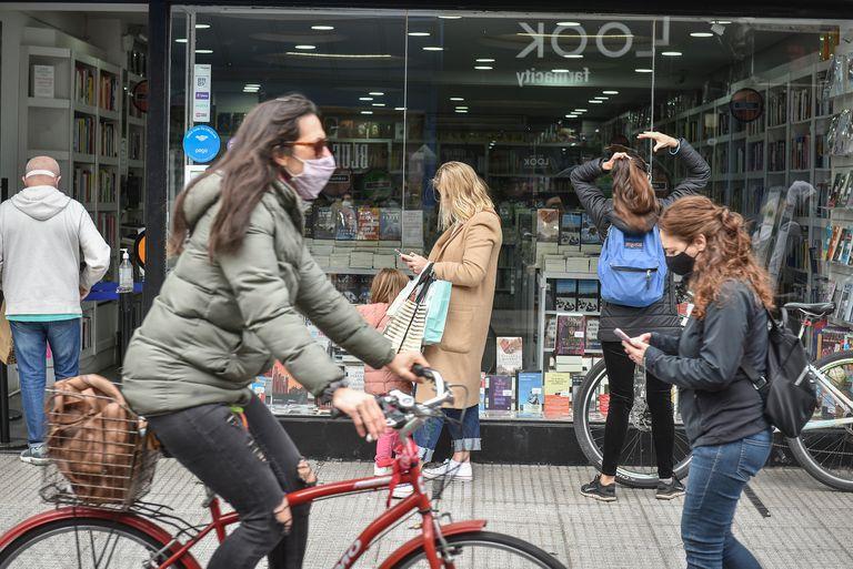 Pese a las nuevas restricciones para los fines de semana, en Martínez la circulación de peatones y las compras se mantuvieron