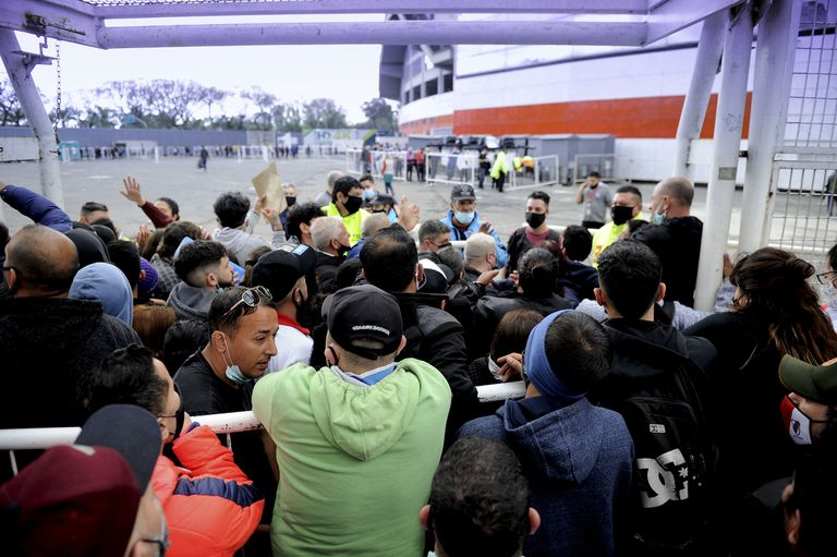 Entre el entusiasmo y protestar por la demora en la atención: así palpitaron los hinchas argentinos la búsqueda de las entradas para ver a su selección contra Perú