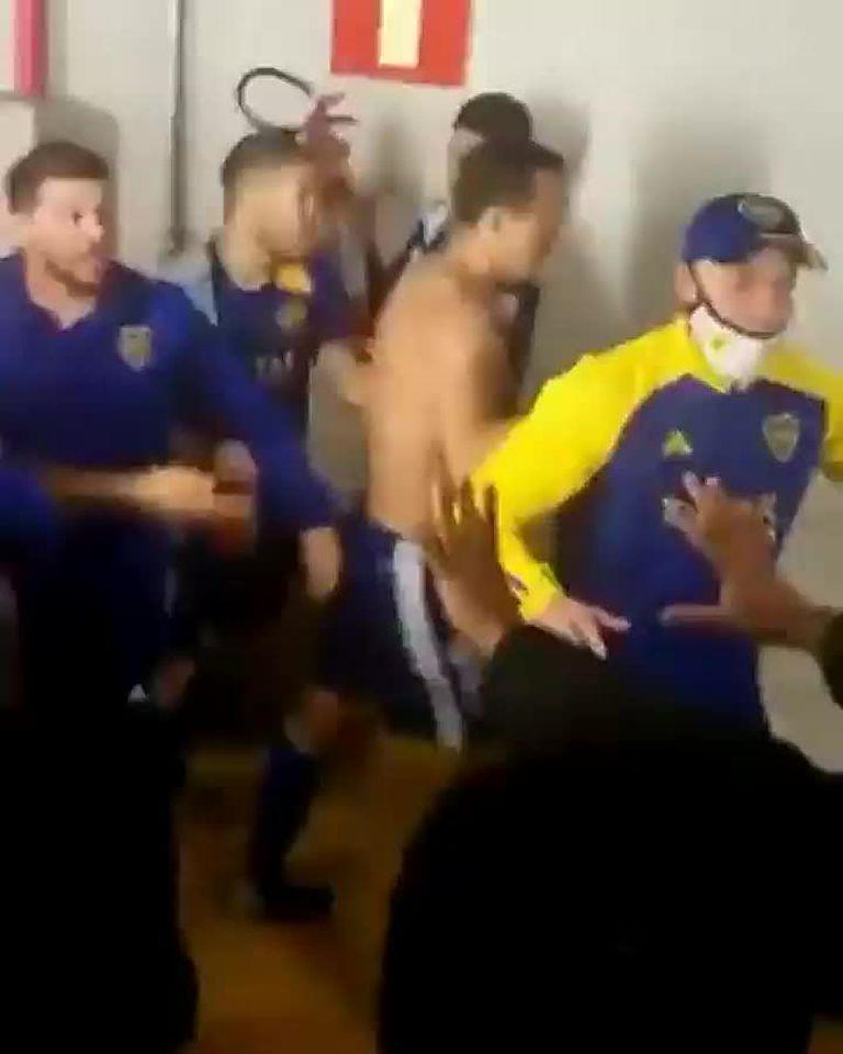 El momento en el que Marcos Rojo agarra un matafuegos en la zona de vestuarios del Mineirao, durante los incidentes luego del partido entre Boca y Atlético Mineiro.
