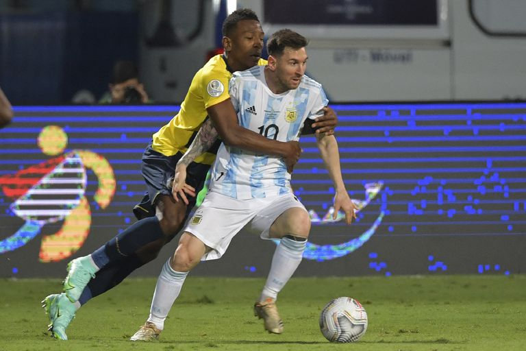 Estupiñán abraza a Messi, durante Argentina-Ecuador