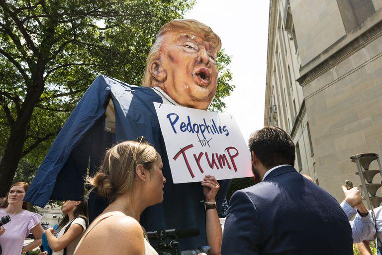 """Los contramanifestantes se unen a una manifestación de legisladores republicanos frente al edificio del Departamento de Justicia en Washington, el martes 27 de julio de 2021. Los legisladores republicanos exigían la liberación de los """"prisioneros"""" del 6 de enero."""