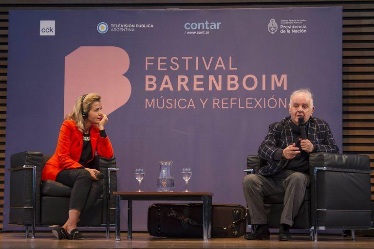 Daniel Barenboim junto a la violinista alemana Anne Sophie Mutter, dialogando sobre sus vidas en la música, en la mañana del jueves