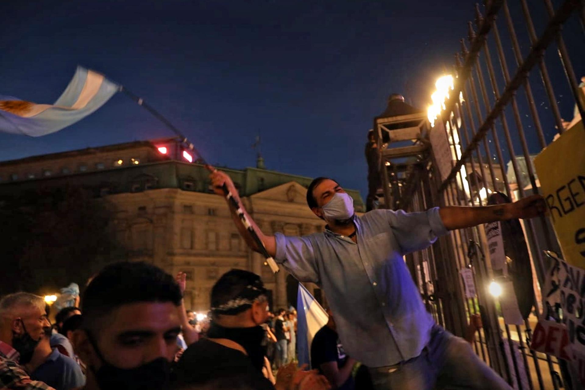 Algunas personas continuaron la manifestación hacia la noche frente a la Casa Rosada