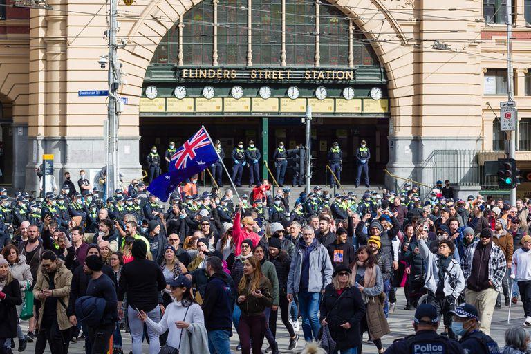 Crece el descontento contra las restricciones: disturbios y violencia durante las protestas anticuarentena en Australia