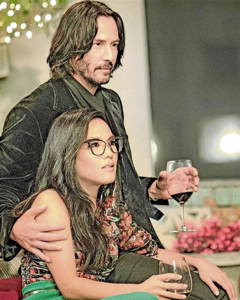 Quizás para siempre: Reeves (aquí con Ali Wong, la protagonista y coguionista) interpreta a una versión desopilante de sí mismo en la comedia romántica de Netflix
