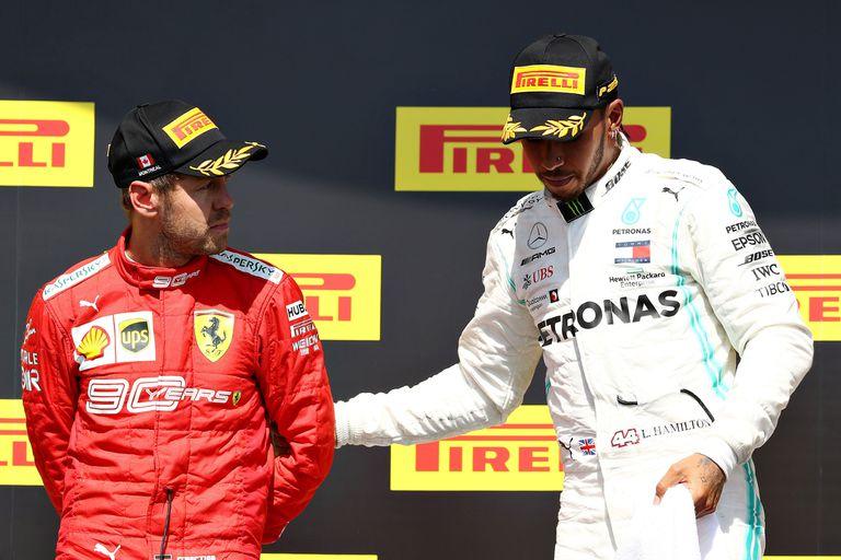 Hamilton invita a Vettel a subir al primer lugar del podio en Canadá. El alemán lo mira