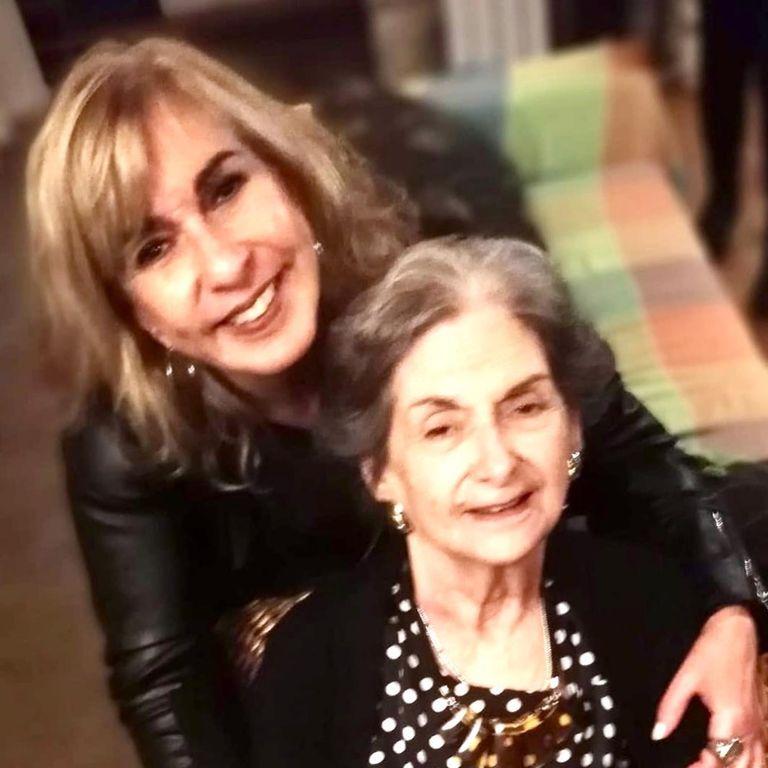 """El 29 de agosto de 2020, murió Susana, la mamá de Georgina. """"A su lado aprendí a tener templanza. Me dio una clase magistral sobre la paciencia… Si yo me hubiera quedado ciega como ella, habría sido malísima"""", confiesa."""