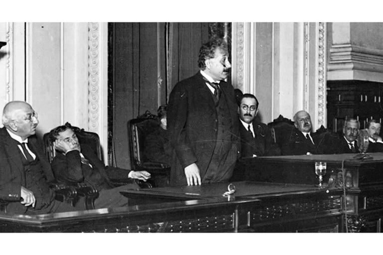 Albert Einstein durante una conferencia en el Colegio Nacional Buenos Aires