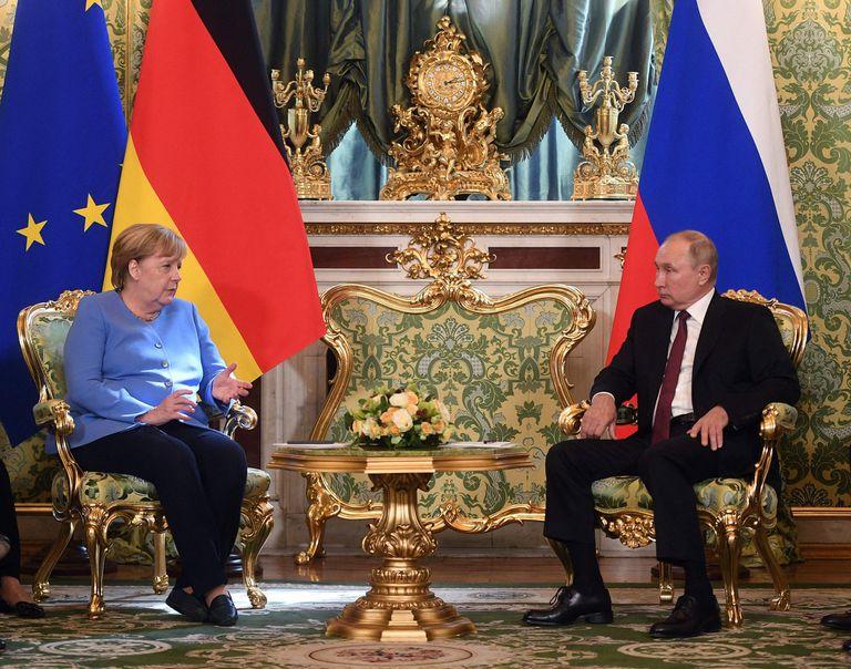 Un regalo de despedida sorprendió a Merkel en su última reunión con Putin