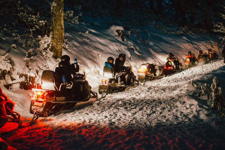 Cómo es la exclusiva cena de 15.000 pesos a la que se llega en moto de nieve