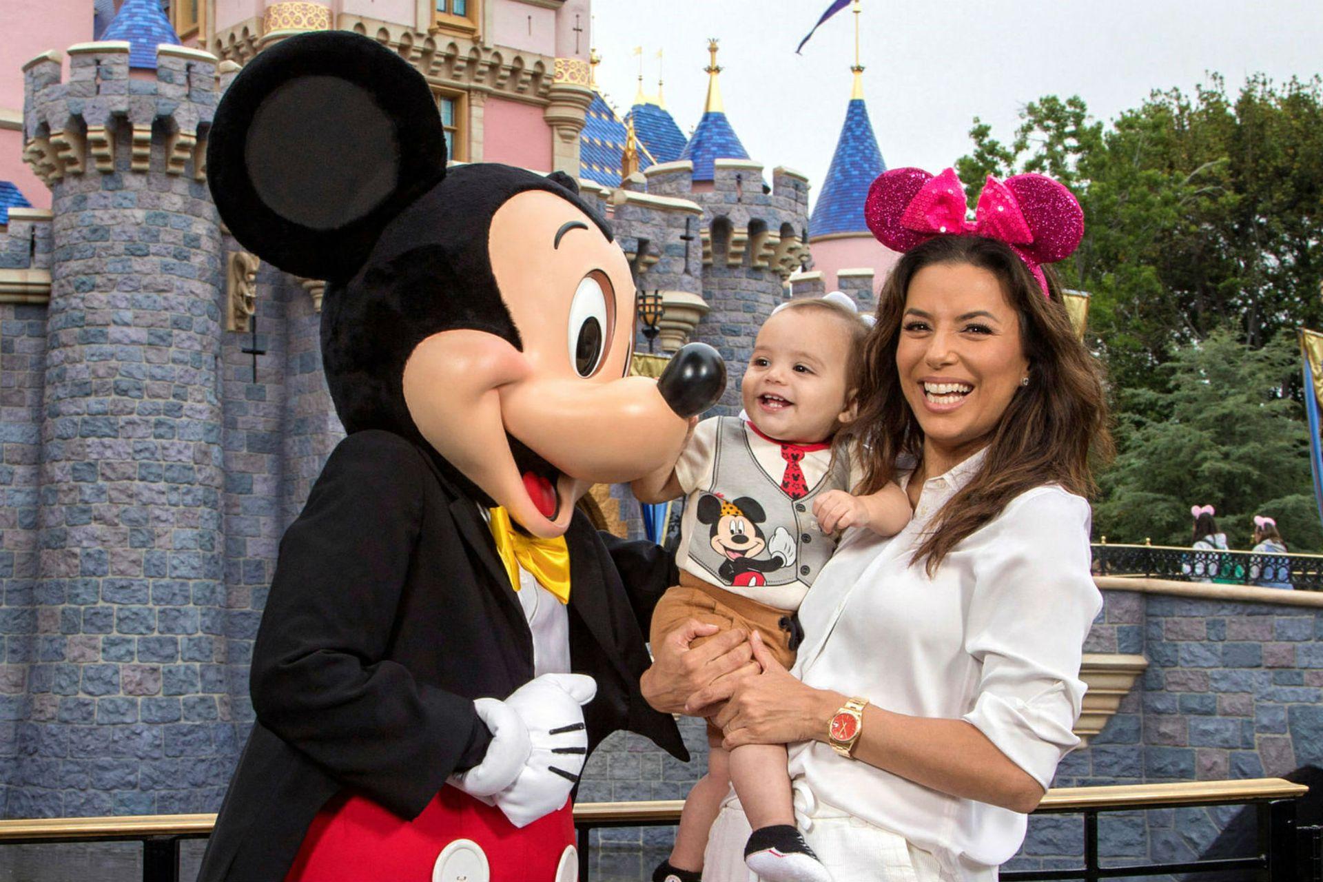 Eva Longoria en Disney con su hijo Santiago