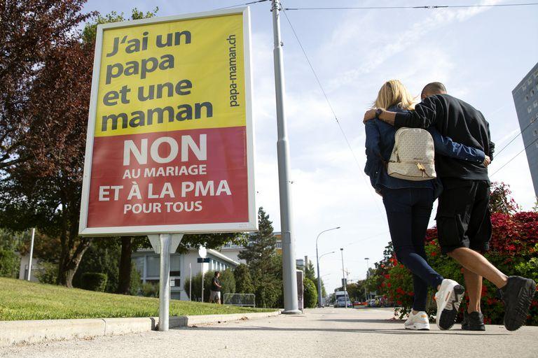 """""""Tengo un papá y una mamá, no al matrimonio"""", dice uno de los carteles en la vía pública a los que apelaron los detractores de la iniciativa"""
