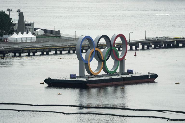 Los anillos olímpicos sobre una barcaza en el distrito de Odaiba en Tokio. La noticia de la fuga del atleta ugandés fue un impacto.