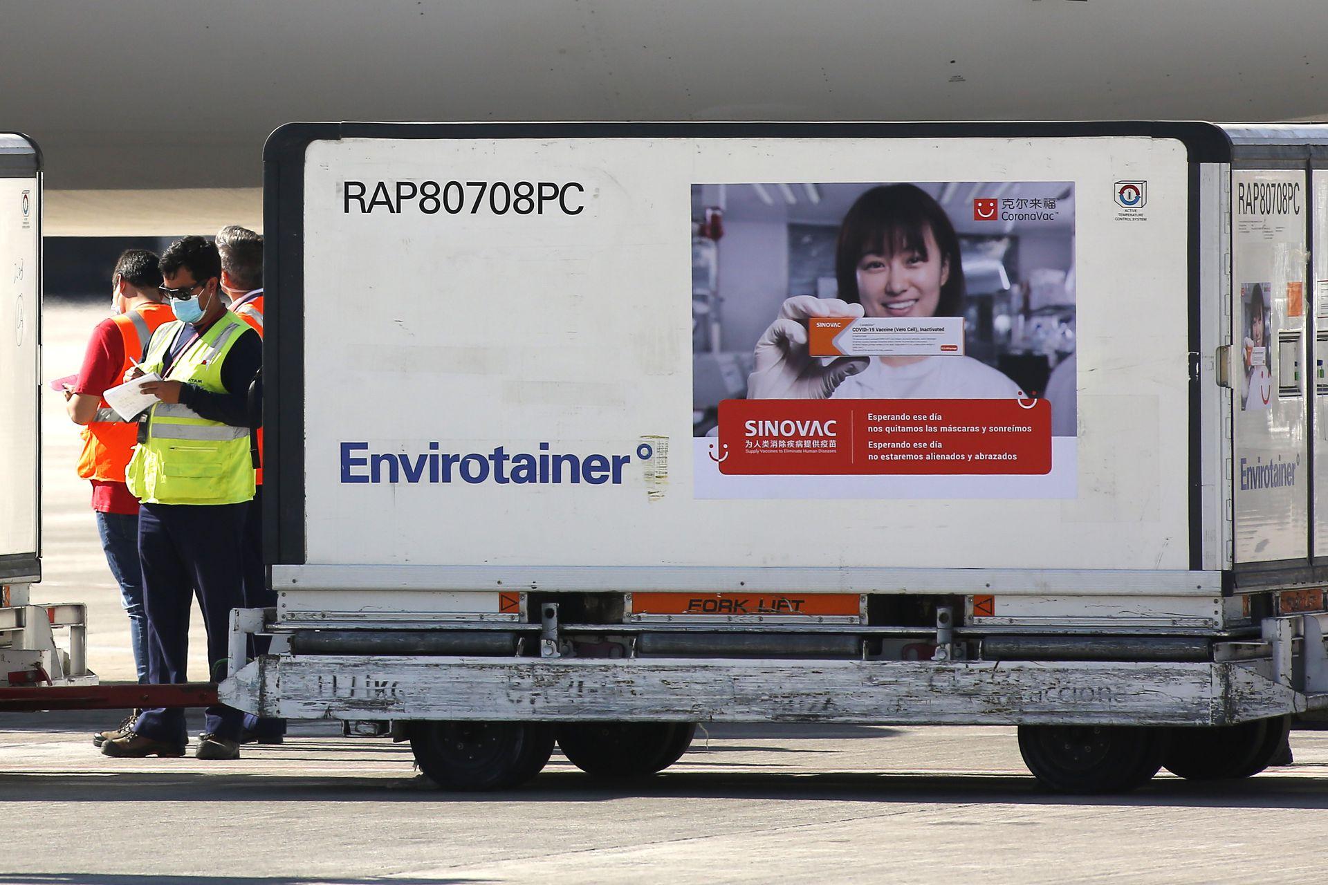 La llegada de una cargamento de vacunas Sinovac al aeropuerto de Santiago