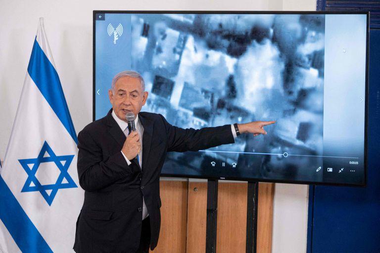 El primer ministro israelí, Benjamin Netanyahu, muestra una presentación de diapositivas durante una sesión informativa para los embajadores en Israel