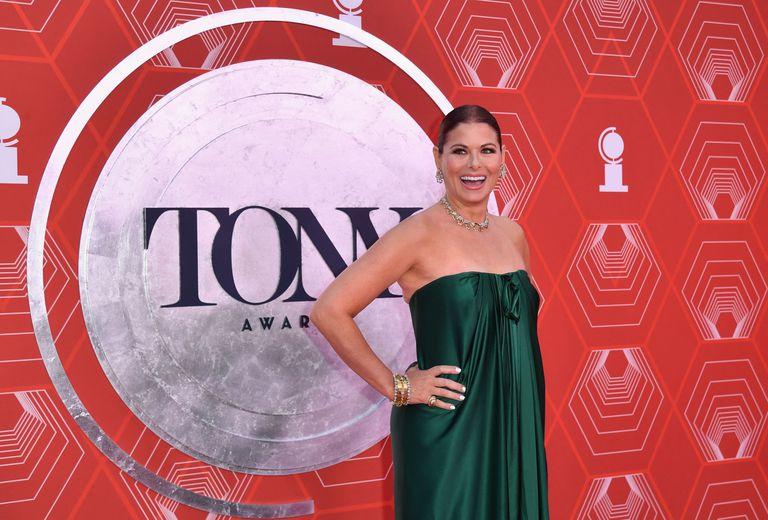 El verde fue uno de los colores de la noche: la actriz estadounidense Debra Messing lo eligió para un vestido con los hombros al descubierto, que acompañó con accesorios con brillantes