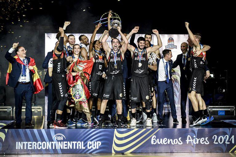 Vítor Beníte, MVP de la final, levanta el trofeo de la Copa Intercontinental que San Pablo Burgos le ganó a Quimsa