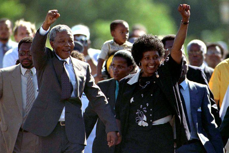 Winnie junto con Nelson Mandela, cuando el líder sudafricano salió de la cárcel en 1990
