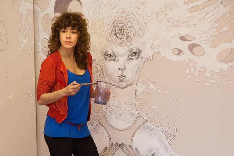 Georgiona Ciotti pinta un mural para la peluquería De la cabeza, en Palermo