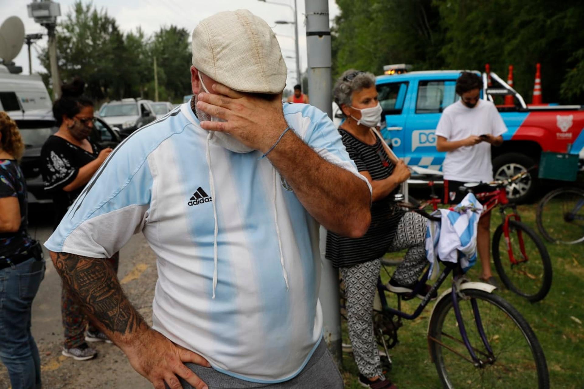 Pena de los vecinos que se acercan al Barrio San Andrés de Tigre donde vivía Diego Maradona
