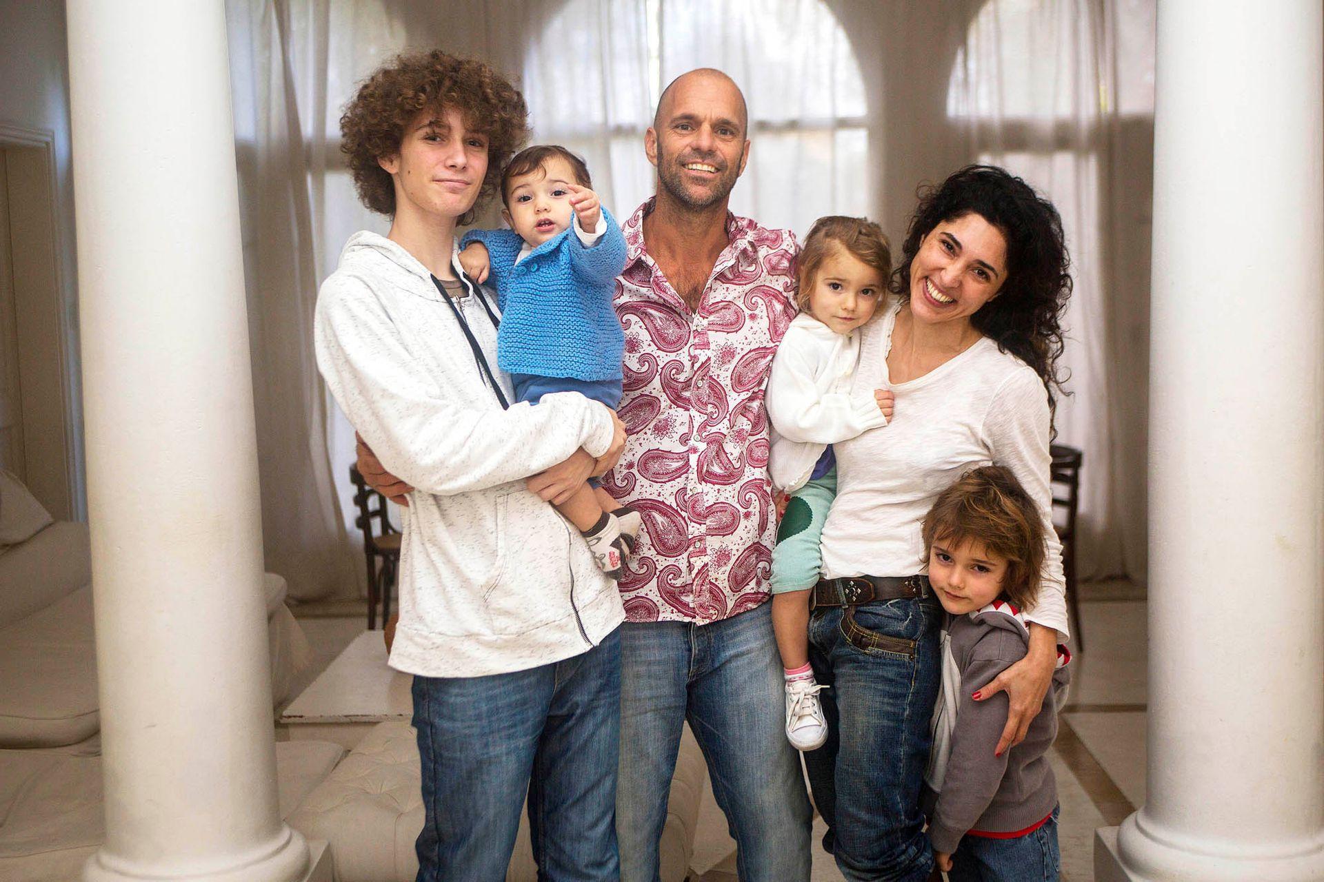 Lucas Arnold Ker junto con su mujer, Maru, y sus hijos: Nacho, Bautista, Maia y Felipe