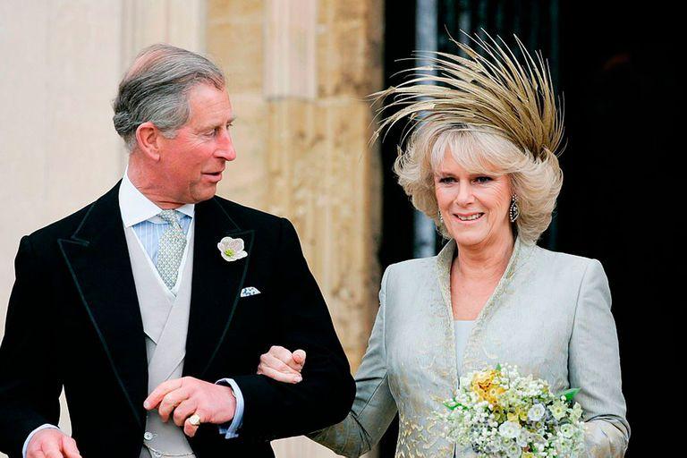 Carlos de Gales y Camila de Cornualles, en el día de su casamiento en el ayuntamiento de Windsor.