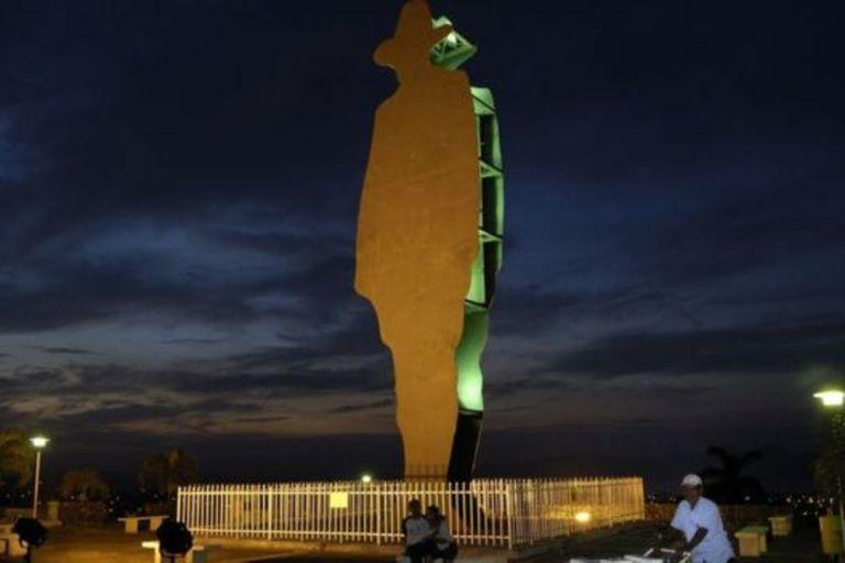 Cardenal también incursionó en la escultura. Y esta silueta de Sandino, que domina Managua, es obra suya