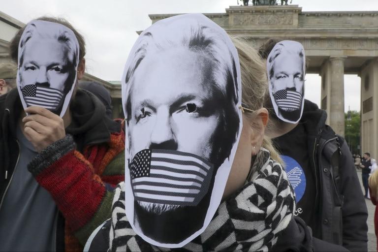 Manifestantes en apoyo de Julian Assange en la entrada de la Corte de Magistrados de Westminsiter.