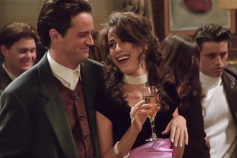 Maggie Wheeler como Janice en Friends, junto a su amor en la ficción, Chandler (Matthew Perry)