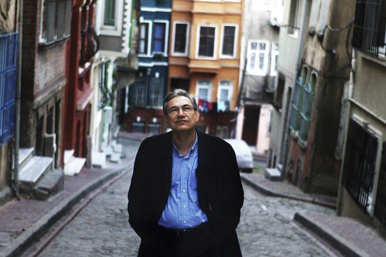 Orham Pamuk camina por el barrio de Balat, Estambul