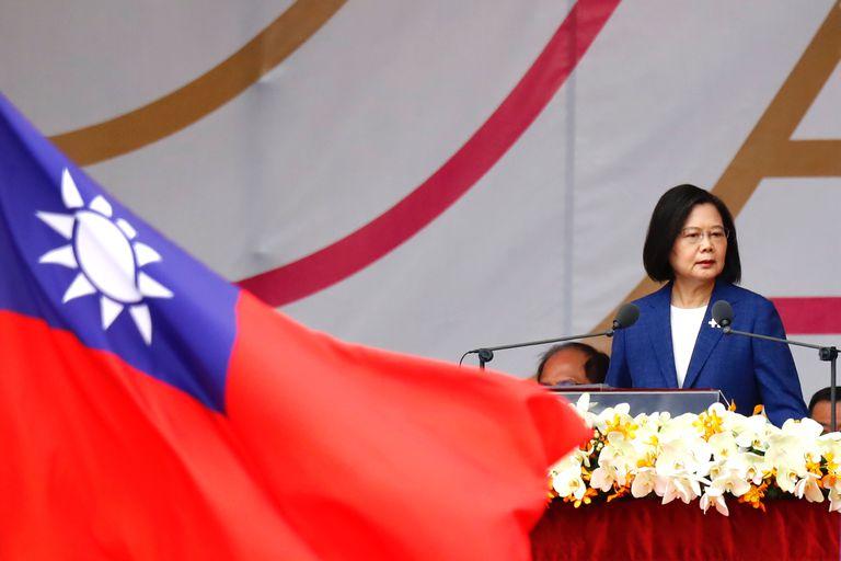 La presidenta taiwanesa, Tsai Ing-wen, presidió hoy el desfile militar durante la celebración del día nacional del país