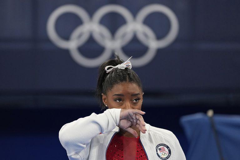 La estadounidense Simone Biles observa la actuación de otras gimnastas tras retirarse de la final por equipos