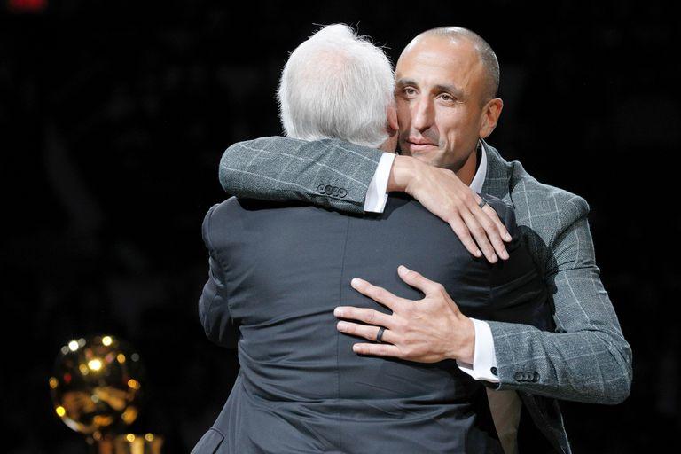 Después de un conmovedor discurso, Manu se abraza con Gregg Popovich
