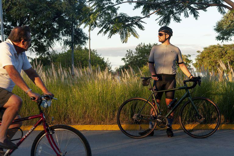 Cristian entrena en la bicisenda de Vicente López, bordeando el río