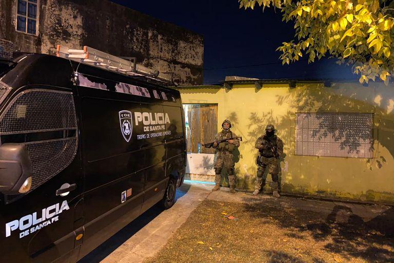 Tropas especiales de la Policía de Santa Fe allanaron la casa del jefe de la barra de Newell's